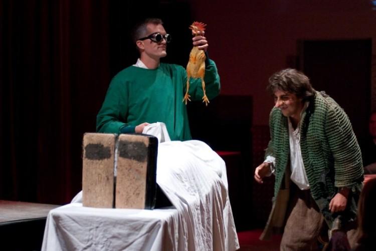 Dr. Frankenstein und sein tollpatschiger Assistent Eigor beginnen ihr großes Experiment.