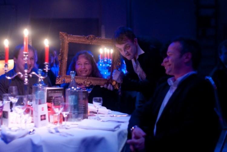 Die Gäste werden auf dem Weg zum Schloss von Dracula auf den Abend eingestimmt.